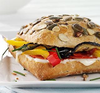 Petit pain aux graines de courge au chorizo et aux légumes grillés