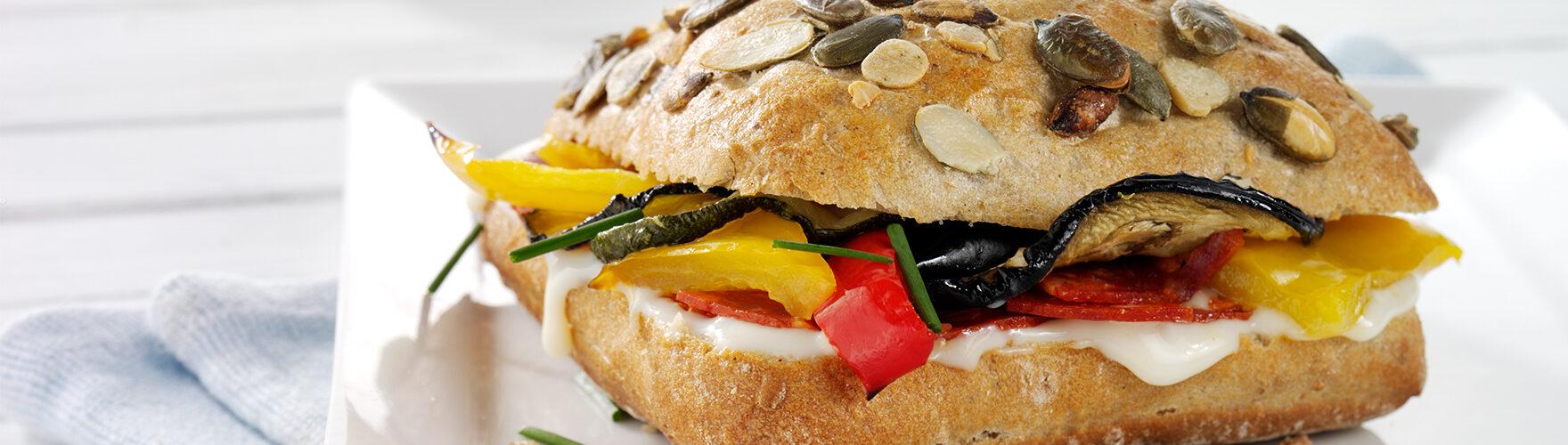 Pompoenbroodje met chorizo en gegrilde groenten