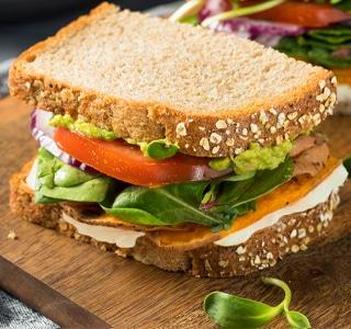 Sandwich met zoete aardappel, tomaat en avocado