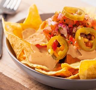 Tortilla-Nachos mit Tomate, Zwiebel und Sambal