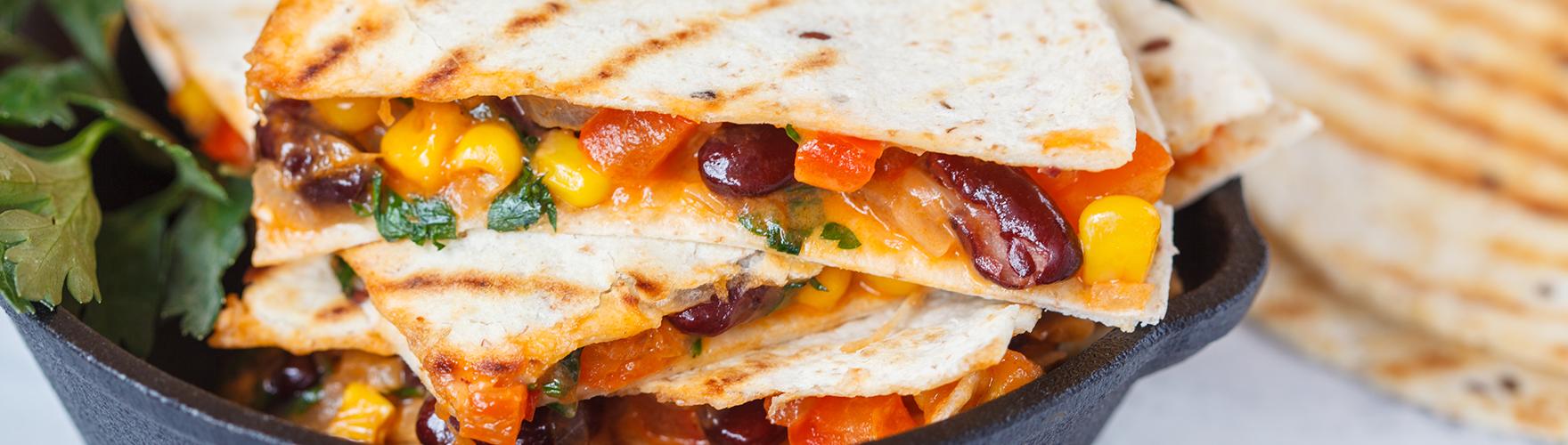 Fajitas con alubias, maíz, tomate y queso