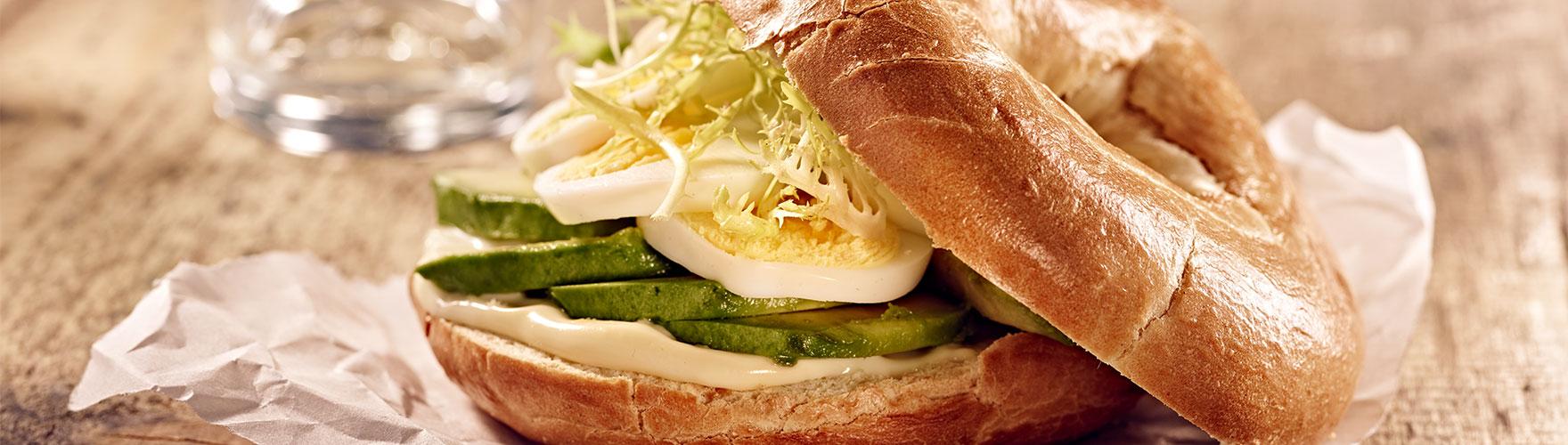 Rosca de pan con ERU Edam y aguacate