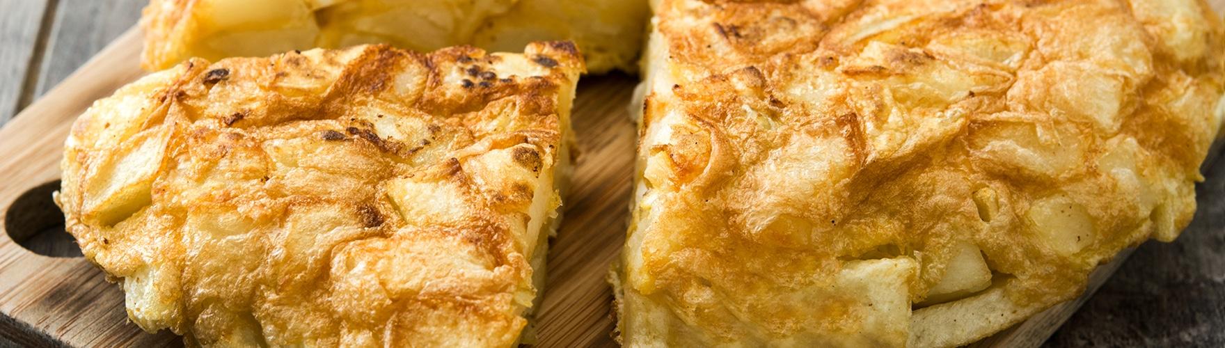 Tortilla de patatas, huevo y queso cremoso