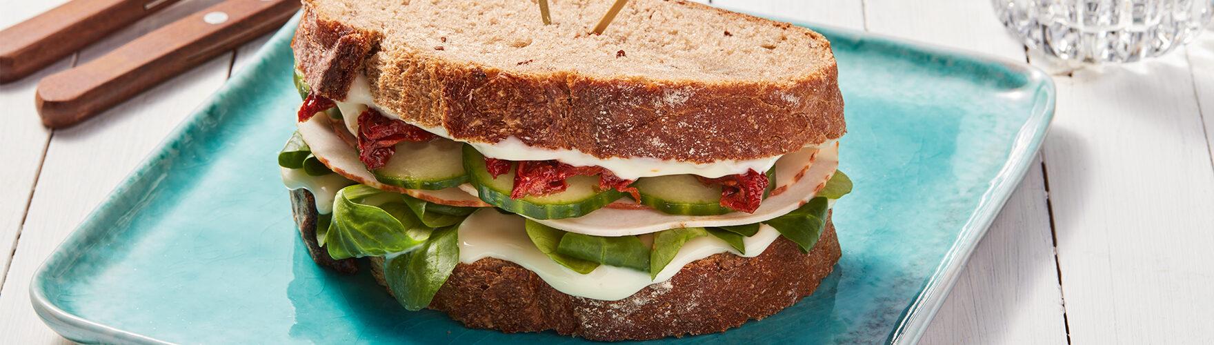 Frisches Bauernbrot-Sandwich mit Räucherhähnchen