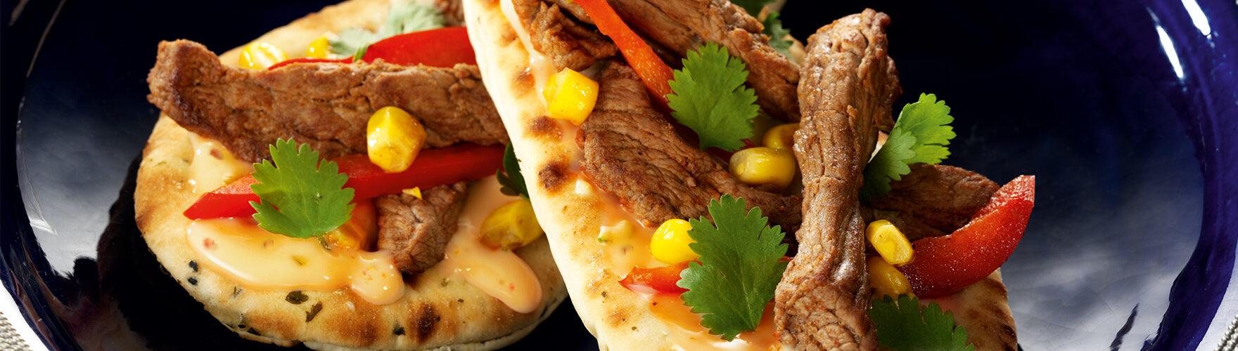 Naan-Sandwich mit Rindfleisch-Streifchen, Mais und Paprika