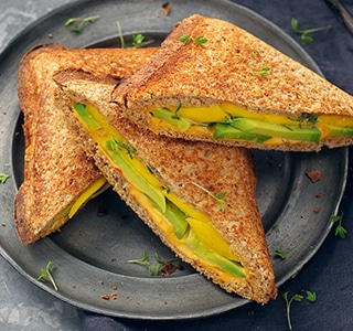 Toast mit Cheddar, Avocado, Mango, Kresse und Sambal