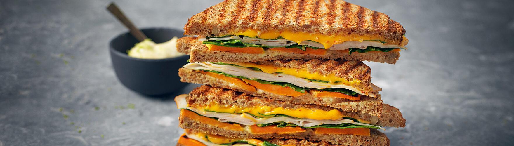 Toast mit Cheddar, Hähnchenfilet, Spinat, Süßkartoffel und Limettenmayonnaise