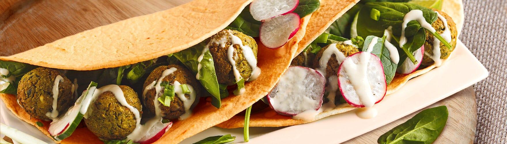 Wrap mit Falafel, Spinat und Radieschen