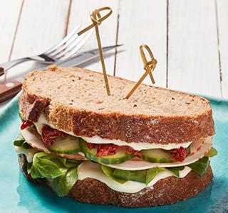 Sandwich frais de pain de campagne au poulet fumé