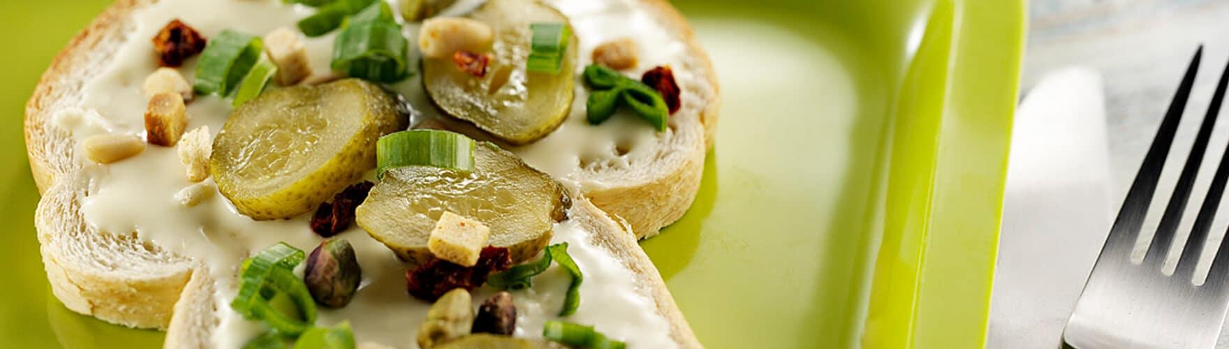 Pão branco com ERU Queru Real, picles e pistache