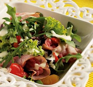 Salada com vitela assada, pimento assado e molho ERU Queru Real