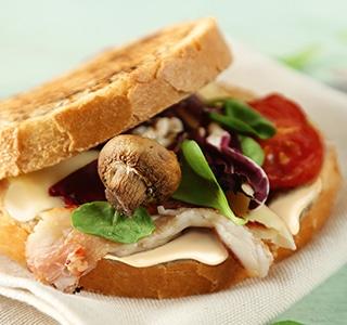 Tosta com ERU Queru Real, bacon e cogumelos