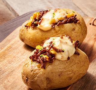 Batata assada no forno com carne picada e milho
