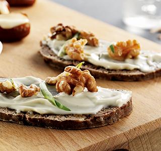 Mini pimento recheado com queijo azul e pão de frutos secos