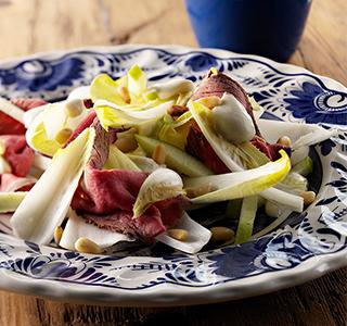 Salada de endívia com rosbife e um molho de queijo azul
