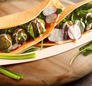 Wrap de falafel, espinafres e rabanetes