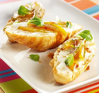 Delicioso croissant com queijo de cabra, mel e maçã