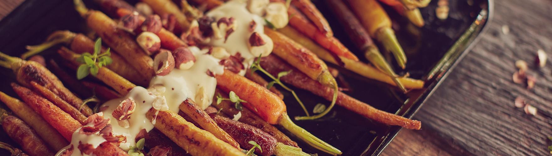 Cenouras caramelizadas com brie cremoso e avelãs
