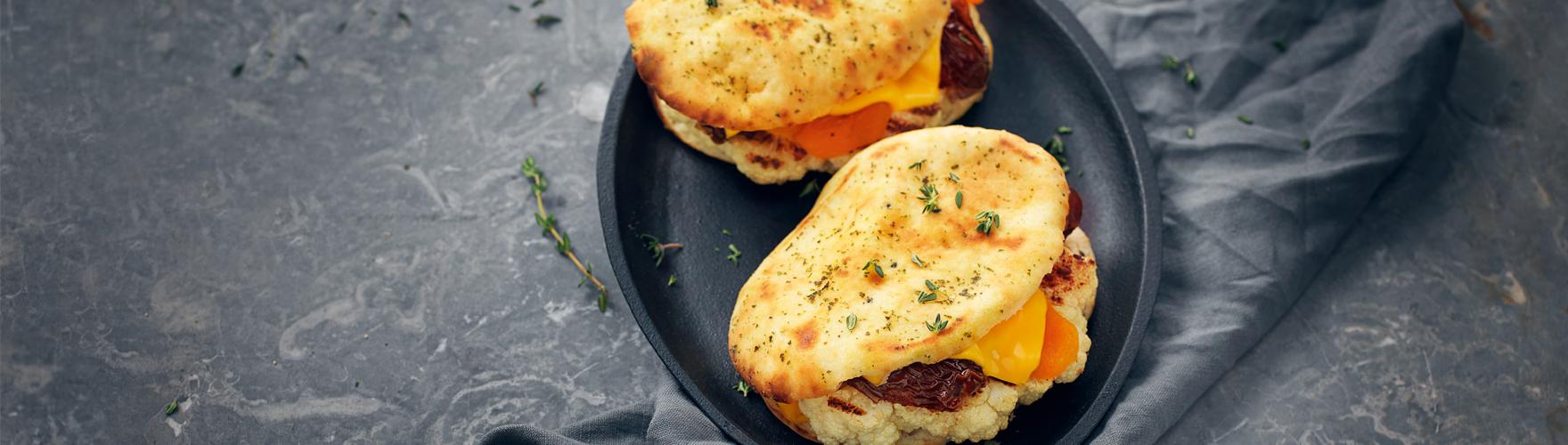 Tosta-mista com queijo cheddar, couve-flor grelhada, tâmara e damasco