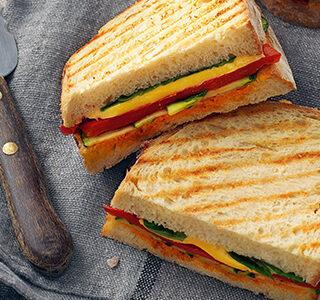 Tosta-mista com cheddar, legumes grelhados e molho pesto