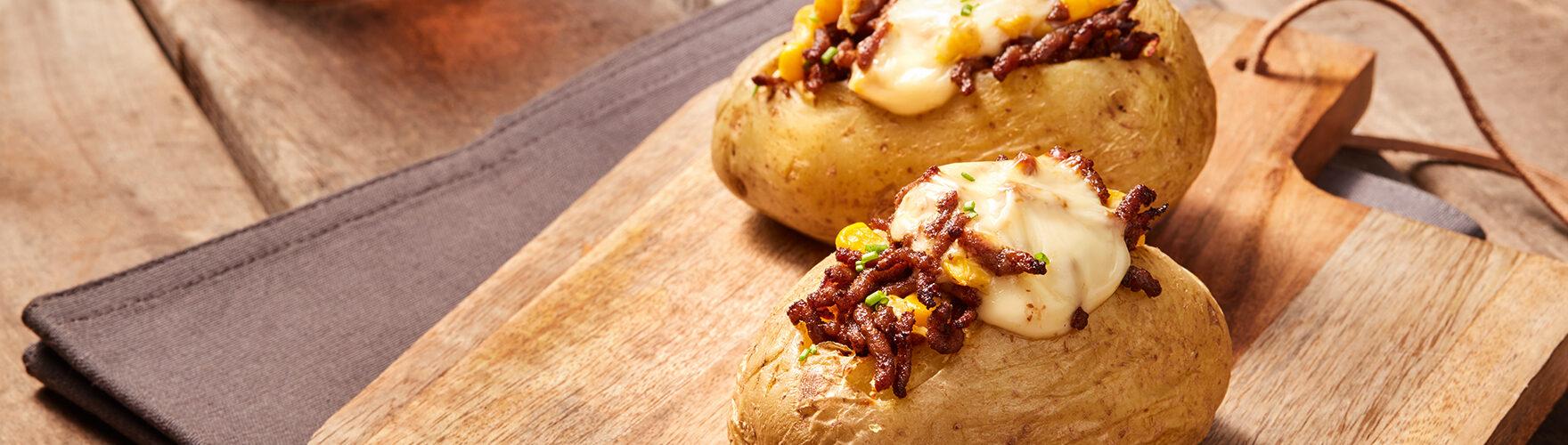 Gepofte aardappel met gehakt en mais