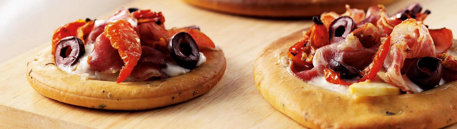 Pizza met geitenkaas, parmaham en verse olijven