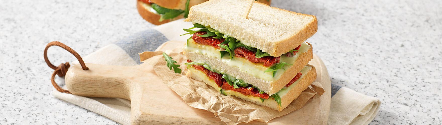 Zomerse sandwich met zongedroogde tomaten en gegrilde courgette