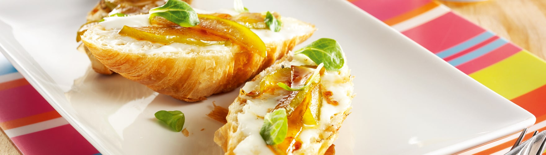 Overheerlijke croissant met geitenkaas, honing en appel