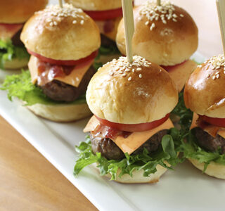 Mini hamburgers met ERU Slices Cheddar Sambal