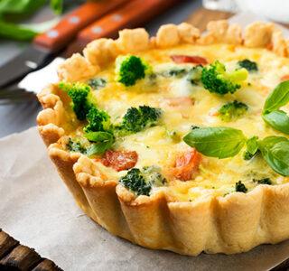 Quiche lorraine met ERU Bio Slices, broccoli en spekjes