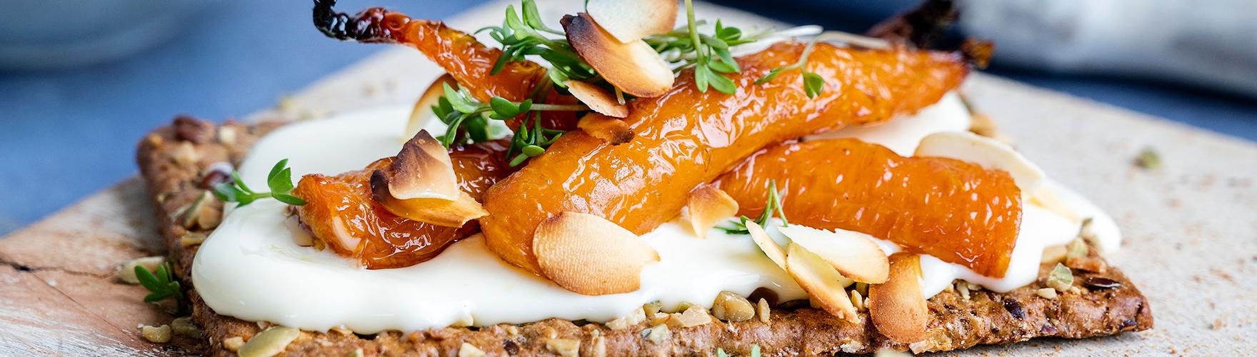 Cracker met geroosterde wortel, tuinkers en geschaafde amandelen