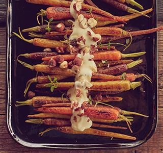 Gekarameliseerde wortels met romige brie en hazelnoten