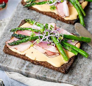 Roggebrood met katenspek, gegrilde groene asperges en kiemgroenten
