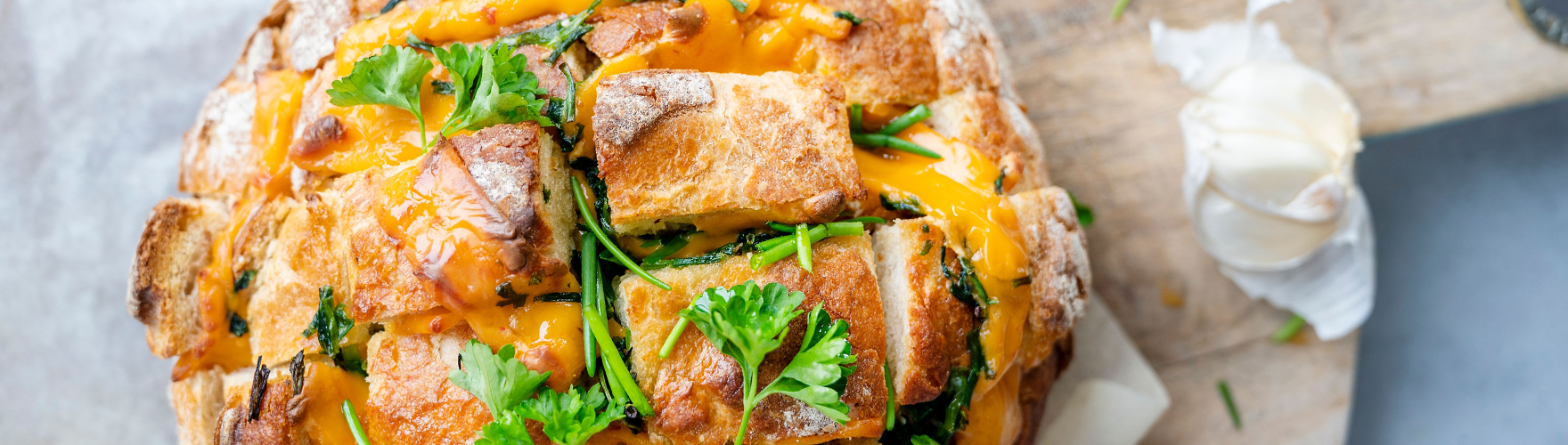 Borrelbrood met cheddar kaas, knoflook, peterselie en bieslook uit de oven