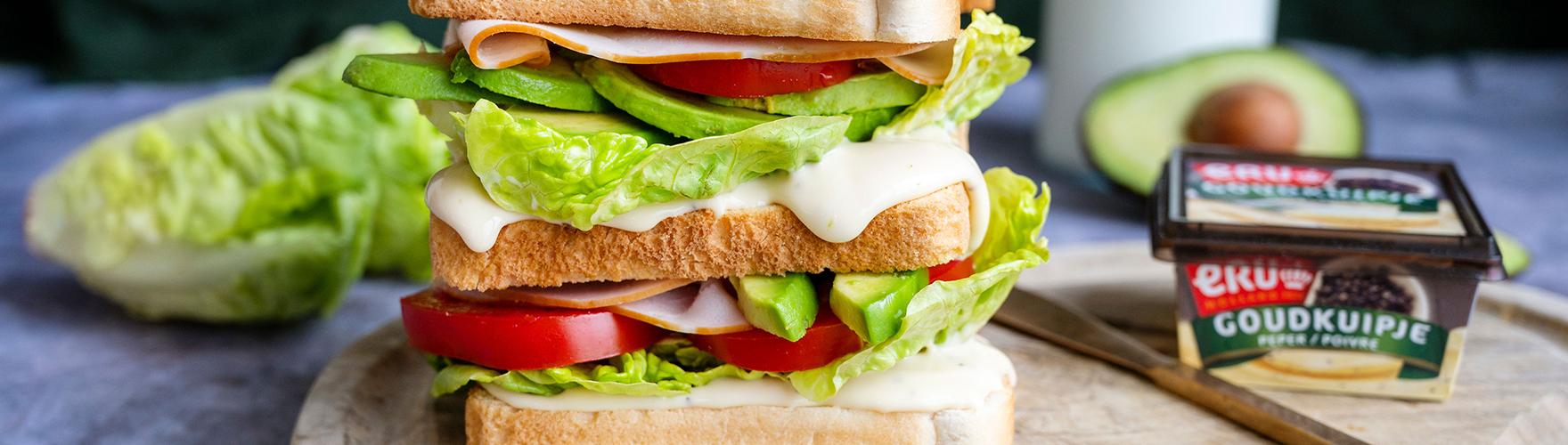 Clubsandwich met avocado, kip, tomaat en sla