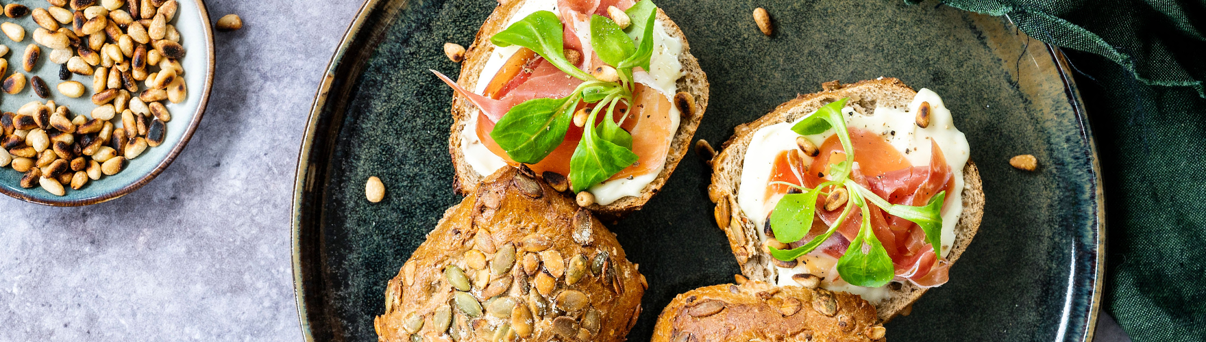 Pompoenbroodje met serranoham, veldsla en pijnboompitten