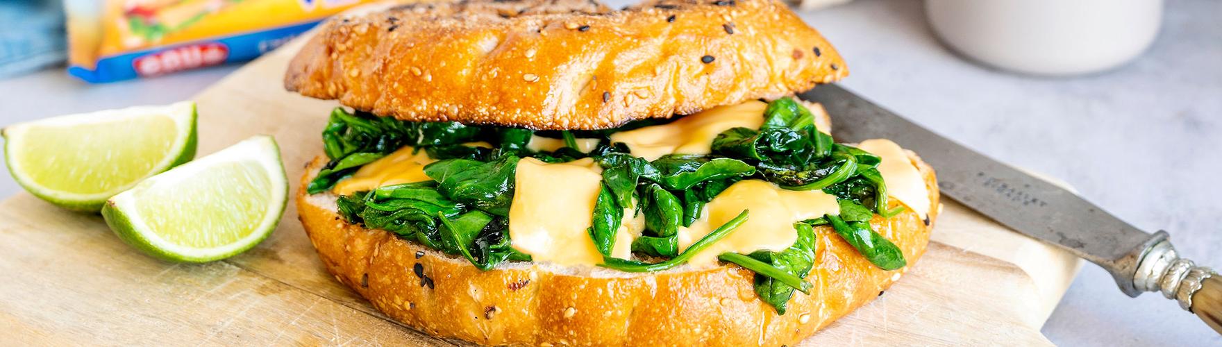 Turks brood met cheddar kaas, spinazie, basilicum, knoflook en limoen