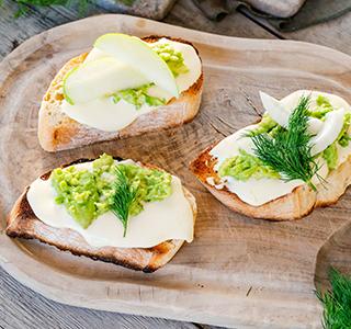 Ciabatta broodje met biologische kaas, avocado, venkel, appel en dille