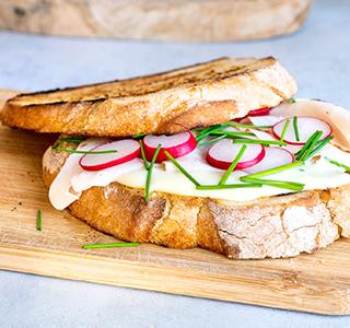 Geroosterde zuurdesem sandwich met kipfilet, radijs en bieslook