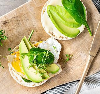 Rijstwafel met magere smeerkaas, avocado, spinazie, ei en tuinkers