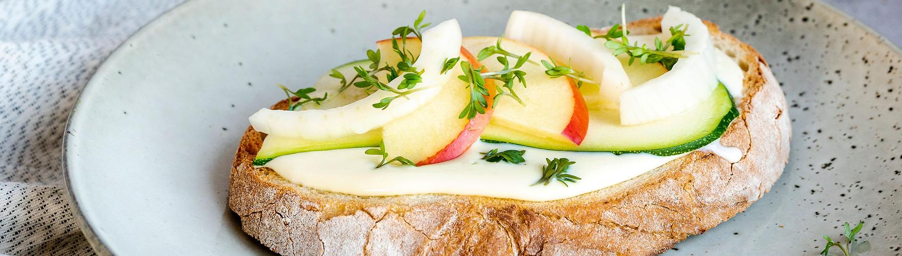 Rustieke boterham met roomzachte smeerkaas, courgette, appel, venkel en tuinkers