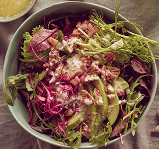 Feestelijke wintersalade met een dressing van blauwe kaas