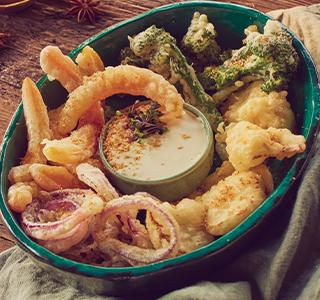 Gefrituurde tempura met een dip van blauwe kaas
