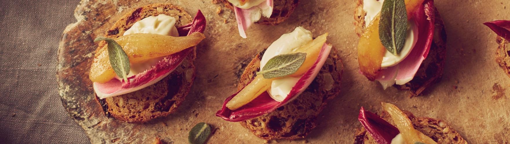 Noten-vruchten toast met blauwe kaas en gebakken peer