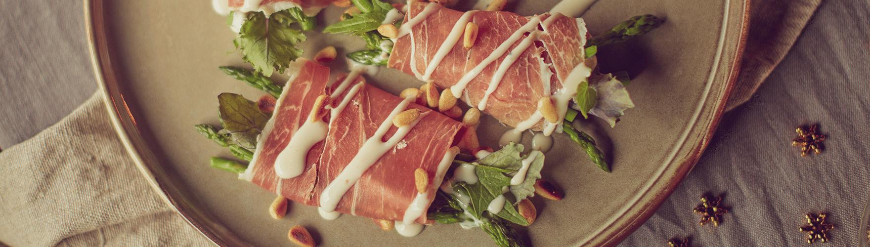 Parmaham met aspergetips en een dressing van truffelkaas