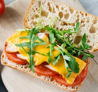 Ciabatta met cheddar kaas, gerookte kip, tomaat en rucola