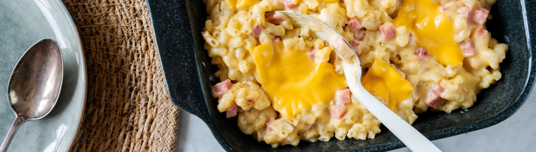 Mac and cheese met cheddar kaas en hamblokjes