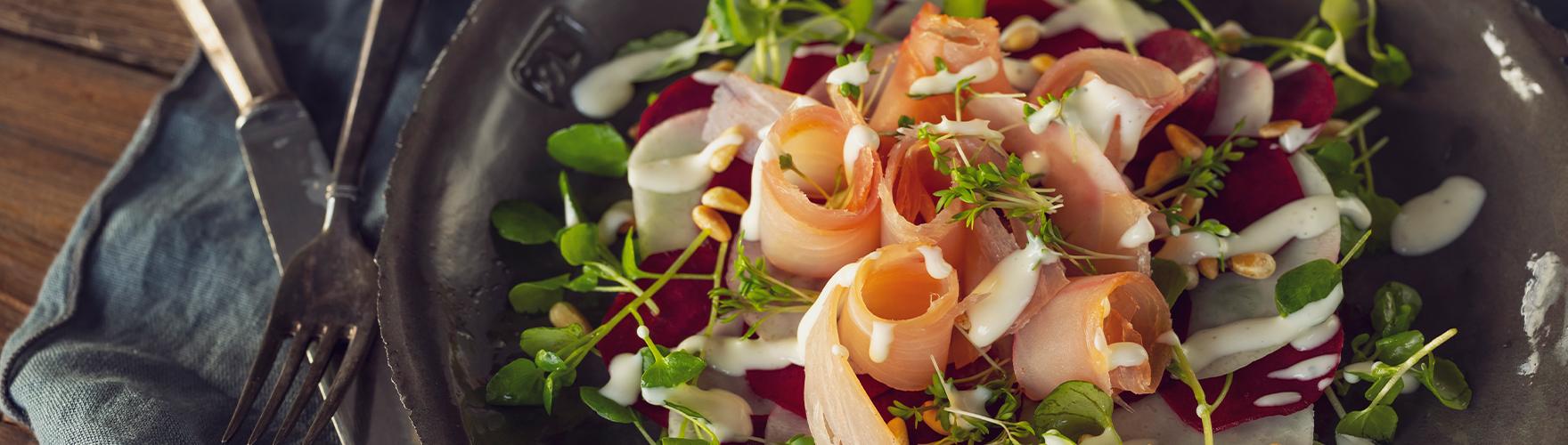 Carpaccio van gerookte tonijn, voorjaarsgroenten en truffelkaas