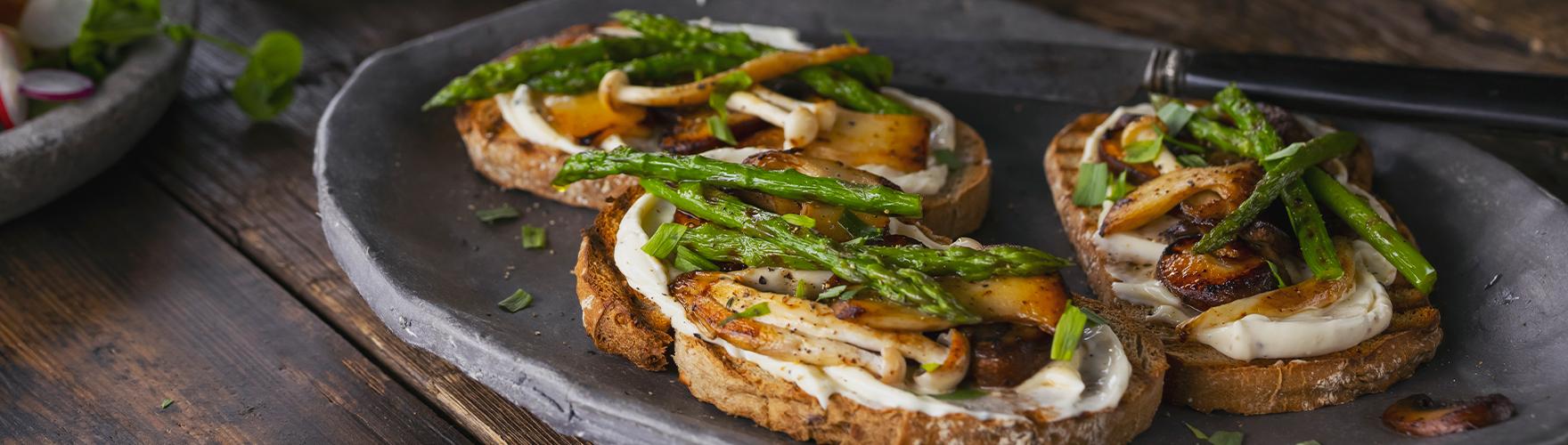Desem toast met gebakken paddenstoelen, asperges en truffelkaas