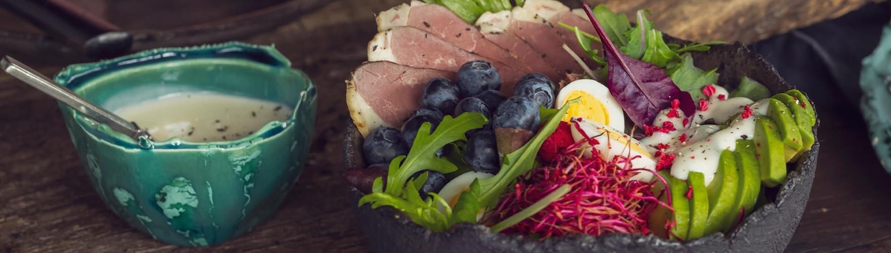 Saladebowl met een dressing van geitenkaas